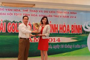 Đồng chí Nguyễn Văn Quang, Phó Bí thư TT Tỉnh uỷ, Chủ tịch HĐND tỉnh trao cúp vô địch cho VĐV Nguyễn Thu Hương (vô địch mùa giải năm 2014).