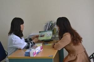 Cán bộ Trung tâm Phòng, chống bệnh xã hội tỉnh tư vấn cho bệnh nhân lao.