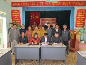 Lễ ký kết mô hình đồng thuận xây dựng TTHTCĐ và xây dựng nghĩa trang giữa 4 đơn vị Hội ND tỉnh, Hội ND huyện, UBND xã và người dân.