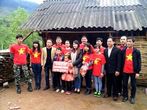 """Câu lạc bộ tình nguyện """"Tôi yêu Mai Châu"""" đã trao tặng cho hai em số tiền hỗ trợ làm nhà ban đầu là 20 triệu đồng."""