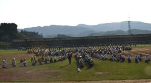 Các tay chiêng luyện tập tại Sân vận động huyện Cao phong.
