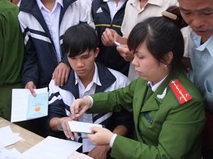 Đoàn thanh niên Công an tỉnh xuống làm chứng minh thư cho nhân dân  xã Đồng Chum Đà Bắc.