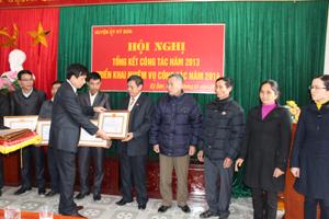 Đồng chí Nguyễn Hữu Thiệp, Bí thư Huyện uỷ Kỳ Sơn trao giấy khen của BTV Huyện uỷ cho các tập thể có nhiều thành tích xuất sắc trong 3 năm thực hiện Chỉ thị số 03 của Bộ Chính trị.