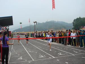 Đại hội TD-TT cấp huyện, thành phố luôn nhận được sự quan tâm, ủng hộ của các CĐV. Ảnh: Thi đấu cự ly 100 m trong môn điền kinh tại Đại hội TD-TT huyện Kỳ Sơn.