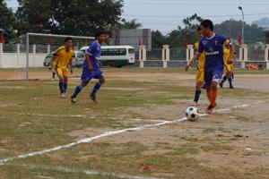 Trận thi đấu giữa đội huyện Lương Sơn và Yên Thuỷ tại giải bóng đá trong Đại hội TD-TT tỉnh lần thứ V/2014.