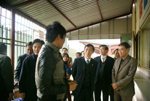 Đồng chí Hoàng Long, Cục trưởng Cục Phòng - chống HIV/AIDS thăm hỏi, động viên bệnh nhân đang điều trị tại cơ sở methadone thành phố Hoà Bình.