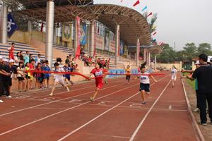 Các VĐV tăng tốc về đích nội dung chạy 200 m nữ.