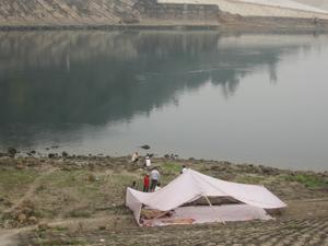 Gia đình anh Đinh Mạnh Dũng dựng lều ở đoạn sông nơi xảy ra sự cố để tìm kiếm thi thể sau khi anh bị chết đuối.
