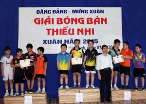 BTC trao giải nội dung đồng đội nam nhi đồng cho các đội đạt giải.