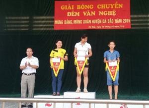 BTC trao thưởng cho các đội đạt giải nội dung bóng chuyền nữ.