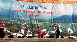Một tiết mục văn nghệ đặc sắc biểu diễn trong Lễ Xên Mường huyện Mai Châu năm 2015.