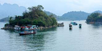 Mùa xuân, nước hồ trong xanh mầu ngọc bích, những đảo núi nhấp nhô, huyền ảo như vịnh Hạ Long.