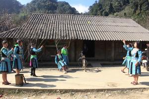 Thiếu nữ Mông xã Hang Kia (Mai Châu) chơi ném pao trong ngày Tết.