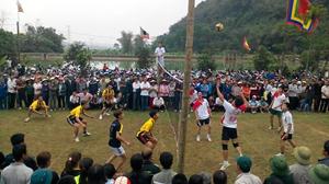 Đông đảo người dân địa phương tham gia thi đấu, cổ vũ giao lưu bóng chuyền tại lễ hội đình Thượng, đình Trung.