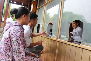 """Bộ phận """"một cửa"""" xã Phú Cường (Tân Lạc) nâng cao chất lượng phục vụ nhân dân. Ảnh: B.Minh"""