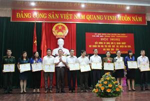 Lãnh đạo UBND huyện Mai Châu trao giấy khen của UBND huyện  cho các tập thể đạt chuẩn văn hoá tiêu biểu 5 năm, giai đoạn 2009  - 2014.
