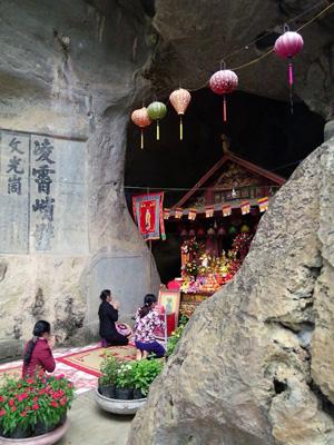 Người dân địa phương đến với lễ hội Chùa Hang – Hang Chùa năm 2014
