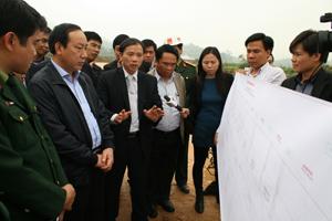 Thứ trưởng Bộ GT-VT Nguyễn Hồng Trường và Phó Chủ tịch UBND tỉnh Bùi Văn Khánh kiểm tra tiến độ tuyến Hòa Lạc- TP. Hòa Bình.