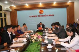 Đồng chí Bùi Văn Khánh, Phó Chủ tịch UBND tỉnh cùng lãnh đạo các sở, ngành tham dự hội nghị trực tuyến.