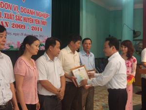 Lãnh đạo UBND huyện Yên Thuỷ trao giấy khen cho các cơ quan, đơn vị, doanh nghiệp đạt văn hoá 5 năm giai đoạn 2009- 2014.