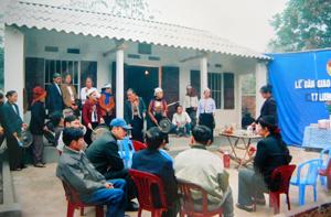"""Từ nguồn quỹ """"Vì người nghèo"""", năm 2014, huyện Lương Sơn đã hỗ trợ sửa chữa, nâng cấp xây mới 32 nhà đại đoàn kết cho hộ nghèo. ảnh: MTTQ, các ngành, đoàn thể và nhân dân bàn giao nhà đại đoàn kết cho hộ nghèo tại thị trấn Lương Sơn."""