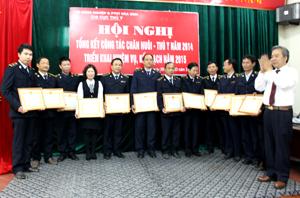 Lãnh đạo Sở NN&TTNT khen thưởng cho tập thể, cá nhân có thành tích xuất sắc trong công tác chăn nuôi – thú y năm 2014.
