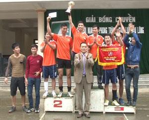 BTC trao giải cho đội nam vô địch mùa giải năm 2015.