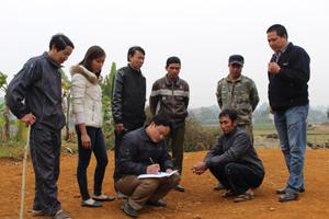 Nhóm lập dự toán thôn Mu, xã Ngọc Mỹ (Tân Lạc)   mô tả, thiết kế theo quy trình sổ tay hướng dẫn CDF.