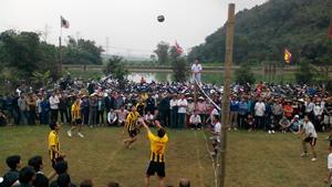 Đông đảo người dân địa phương tham gia thi đấu giao hữu bóng chuyền tại lễ hội Chùa Hang – Hang Chùa.