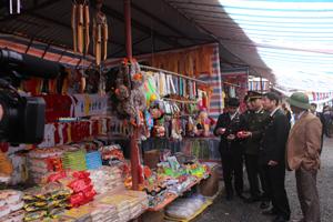 Đoàn kiểm tra, nhắc nhở các chủ của hàng buôn bán tại khu du lịch chùa Tiên.