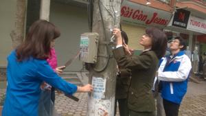 ĐVTN phường Phương Lâm bóc dỡ quảng cáo, rao vặt trái phép trên tuyến đường Cù Chính Lan.