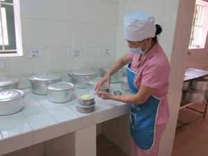 Bếp ăn tập thể trường Mầm non Tân Thịnh B ( TP. Hòa Bình) thực hiện quy định lưu mẫu thức ăn để kiểm soát an toàn thực phẩm.