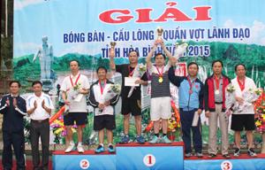 Các đồng chí lãnh đạo Sở VH,TT&DL và UBND TP Hoà Bình trao huy chương và cúp cho các vận động viên đạt giải.
