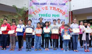 Ban tổ chức cuộc thi trao giải cho các em học sinh đạt giải.
