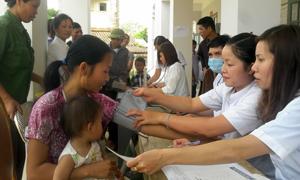 Cán bộ Trạm y tế thị trấn Mường Khến (Tân Lạc)  tiêm phòng dịch bệnh cho trẻ nhỏ.