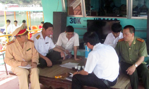 Đoàn kiểm tra các chủ thuyển về công tác đảm bảo an toàn giao thông đường thủy.