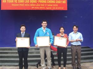 Lãnh đạo Sở LĐ-TB&XH trao giấy khen cho 3 tập thể đã có thành tích xuất sắc trong công tác ATVSLĐ-PCCN năm 2014.