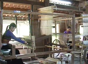 Bằng đôi tay khéo léo, xã viên HTX dệt thổ cẩm Chiềng Châu đã sáng tạo nên những sản phẩm vừa truyền thống vừa hiện đại, đáp ứng thị hiếu người tiêu dùng.