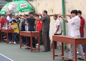 Các VĐV tham gia thi đấu nội dung bắn nỏ.