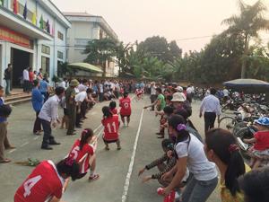 Các VĐV đua tài nội dung kéo co nữ đồng đội tại giải kéo-bắn nỏ-đẩy gậy huyện Kim Bôi năm 2015.