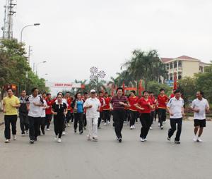 Các đồng chí lãnh đạo cùng cùng hơn 600 cán bộ, công chức, viên chức, hưu trí, học sinh, sinh viên tham gia chạy hưởng ứng Ngày chạy Olympic vì sức khỏe toàn dân.