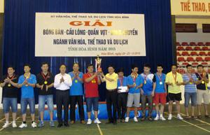 Lãnh đạo Sở VH, TT&DL trao huy chương và cúp vô địch môn bóng chuyền cho đội liên quân huyện Yên Thuỷ.