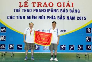 Báo Sơn La trao cờ đăng cai giải thể thao PhanXiPăng 2016 cho báo Điện Biên Phủ.