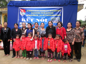 Đoàn tặng quà cho học sinh nghèo xã Bình Hẻm (huyện Lạc Sơn).