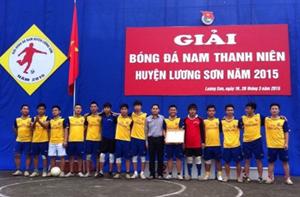 Ban tổ chức trao giải cho các đội tuyển đạt thành tích tại giải bóng đá thanh niên 2015.