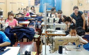 Người khuyết tật học nghề may công nghiệp tại Trung tâm dạy nghề tư thục Long Thành (TPHB).
