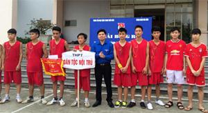 Phó Bí thư Thành đoàn, Chủ tịch Hội LHTN Thành phố trao giải nhi cho đội bóng trường THPT Dân tộc Nội trú tỉnh.