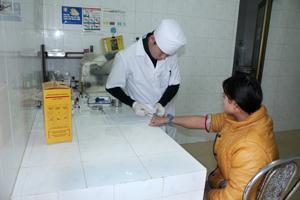 Phụ nữ mang thai được tư vấn và xét nghiệm HIV tại Bệnh viện Đa khoa huyện Lạc Thuỷ.