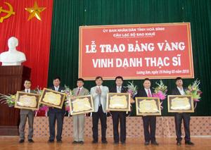 Tiến sỹ Nguyễn Hồng Mạc, Chủ tịch CLB Sao Khuê trao bảng vàng cho các thạc sĩ huyện Lương Sơn.