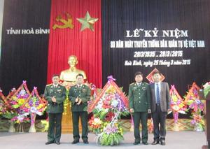 Thay mặt lãnh đạo tỉnh, đồng chí Nguyễn Văn Dũng, Phó Chủ tịch UBND tỉnh tặng hoa chúc mừng nhân dịp kỷ niệm 80 năm ngày truyền thống lực lượng DQTV.